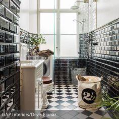 Mit glänzenden schwarzen Kacheln und Schachbrett-Fliesen lässt sich das Badezimmer elegant und zeitlos in Schwarz-Weiß einrichten. Der Toilettendeckel aus…
