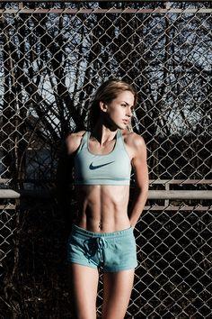 主に下半身を鍛えるスクワット、実は太ももを鍛えることがぽっこりお腹を解消する一番の近道だったんです!ここでは太ももの筋肉強化が下腹に効くメカニズムと、下腹引き締めに最も効果的な「カウントスクワット」の方法を詳しくご紹介します。