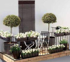 Même les petits balcon trouvent leurs fleurs ! Un bel exemple de balcon décoré simplement mais avec élégance ! #balcon #deco #fleurs