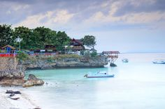 Tanjung Bira is located in the southernmost tip of South Sulawesi province, precisely in the District Bonto Bahari, Bulukumba. Tanjung Bira is a white sand beach is quite famous in South Sulawesi. These include beach clean beaches and crystal clear seawater.