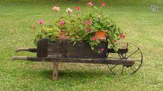Brouette ancienne pour décoration de jardin - Sarre-Union A vendre très belle brouette ancienne en bonne etat, roue enfer Prix 60 euros