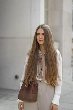 LES BEIGES - Theresa de Vienne Blunt Cuts, Layered Cuts, Pullover, Shiny Hair, Female Images, Outfit, Hair Beauty, Long Hair Styles, Vienna