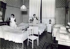 Een der slaapzalen van Huize van der Velde, tehuis voor ouden van dagen en hulpbehoevenden aan de Den Texstraat 8 in Amsterdam, 1934. Kost en inwoning voor 10,50 gulden per week.