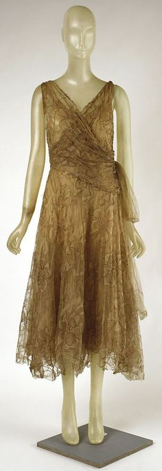 So pretty. ~Cocktail Dress Madeleine Vionnet (French, Chilleurs-aux-Bois Paris) Date: early Culture: French Medium: silk, metallic thread, net 20s Fashion, Moda Fashion, Art Deco Fashion, Fashion History, Retro Fashion, Fashion Dresses, Vintage Fashion, Edwardian Fashion, Madeleine Vionnet