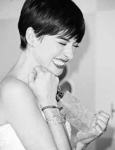 Cute giggles of Anne Hathaway! and does she look CUTE in her Short Hair or what? Short Straight Haircut, Straight Thick Hair, Short Hair Cuts, Straight Hairstyles, Short Hair Styles, Divas, Anne Hathaway Fotos, Anne Hathaway Pixie, My Hairstyle