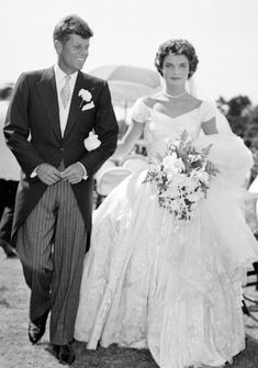 John Kennedy and Jackie Kennedy wedding Jacqueline Kennedy Onassis, Jackie Kennedy Wedding, Les Kennedy, John Kennedy, Kennedy Town, Ethel Kennedy, Celebrity Wedding Photos, Celebrity Wedding Dresses, Celebrity Weddings