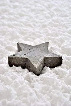 Den Stern aus Beton gießen und entweder als Deko oder mit Aufsatz für eine Kerze als Kerzenständer benutzen.