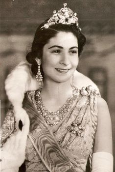 Queen Farida wearing her Peacock Tiara, and her Boucheron wedding necklace. Part of her ruby & diamond parure can be seen as the flower brooch. [kju]