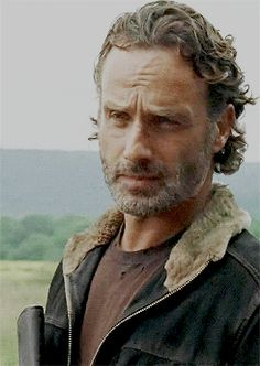 Rick Grimes looks at Carol Peletier after he told the others what to do, on the day of killing some of The Saviors during the night ● Season 6 Episode 12 Walking Dead Season 8, Fear The Walking Dead, Andrew Lincoln, Rick Grimes, Walker Stalker, Dead To Me, Dead Man, Daryl Dixon, Role Models
