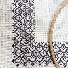 No photo description available. Cross Stitch Borders, Simple Cross Stitch, Cross Stitch Flowers, Counted Cross Stitch Patterns, Cross Stitch Designs, Cross Stitching, Cross Stitch Embroidery, Machine Embroidery, Blackwork