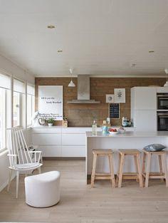 matt weiße küche mit insel - barhocker mit beinen aus hellem holz ... - Barhocker Zur Weien Kche