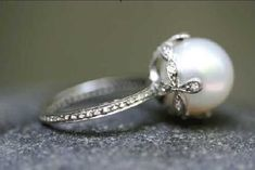 if this was my wedding ring, id be the happiest girl in the world. this is beautiful and i love pearls.