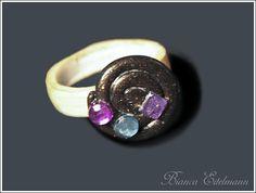 Ring komplett aus Polymer Clay in Schneckenform mit bunten  Schmucksteinen.    Polymer Clay ist eine ofenhärtende Modelliermasse, die es in verschiede