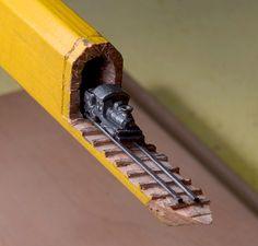 Este Trem Nos Trilhos Emerge Do Interior Do Lápis De Carpinteira