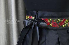 Ručne šitý dámsky kvetovaný opasok s čiernou krajkou a našívanými gombíkmi.   Opasok je podšitý čiernou saténovou stuhou, ktorá slúži aj ako zapínanie.   K opasku je možné doladiť dámsku mašľu a pánsky motýlik z mojej ponuky.   Pri objednávke do poznamky uveďte obvod pásu  Veľkosť: Dĺžka: na mieru Širka: 7-8 cm Belt, Accessories, Design, Fashion, Belts, Moda, La Mode, Fasion, Design Comics