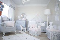 Linia nowojorska od Caramella.pl to łóżeczko niemowlęce (140x70 cm), komoda (z przewijakiem lub bez), szafa dwudrzwiowa, półeczka oraz tapicerowane łóżko dziecięce.