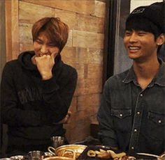 Yeah Neo! VIXX's Mom & Dad!   <--- really? As much as I  neo I just can't stop staring at Leo laughing!!!!