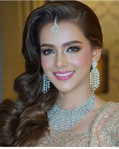 52 Ideas for pakistani bridal makeup natural indian weddings Pakistani Bridal Makeup Hairstyles, Mehndi Hairstyles, Pakistani Makeup, Indian Wedding Hairstyles, Bride Hairstyles, Pakistani Wedding Hairstyles, Pakistani Hair, Pakistani Mehndi, Pakistani Jewelry