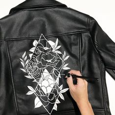 2019 The post 2019 appeared first on Denim Diy. Painted Jeans, Painted Clothes, Diy Clothing, Custom Clothes, Vetements Shoes, Painted Leather Jacket, Diy Fashion, Fashion Outfits, Diy Vetement