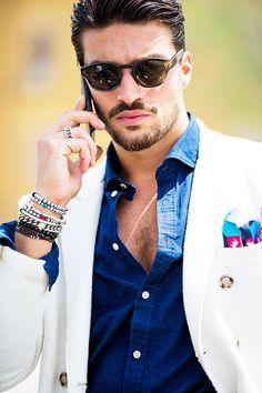 Street looks à la Fashion Week homme printemps-été 2016 de Milan, lunettes de soleil, veste costume, chemise bleue, bijoux