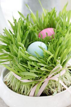 osterfest tisch gras bemalte eier schleife