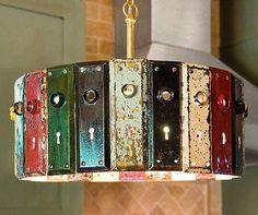 Vários espelhos de fechadura, compõem esta original luminária...