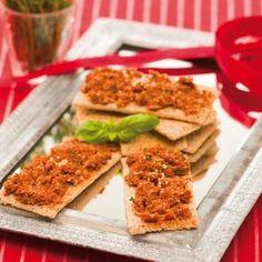 Recept voor tomatenspread - Rineke Dijkinga 100 gram zongedroogde tomaatjes (niet op olie) •eventueel 1 knoflookteen •2 eetlepels zonnebloempitten, pompoenpitten of cashewnoten •1 eetlepel gepeld hennepzaad (of hennepproteïne) •handjevol verse kruiden: tijm, oregano, rozemarijn, basilicum, salie, etc. •scheut olijfolie •paar eetlepels van het weekwater •beetje peper •1 theelepel kurkuma of gemalen koriander