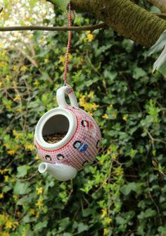 High tea ..............voor de vogeltjes gemaakt!  Hang een leuke theepot op in je tuin aan een ijzerdraadje, versier met touw en doe er wat vogelvoer in.