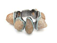 Pierres 2007. Bracelet length 18 cm. Silver, textile, agate.