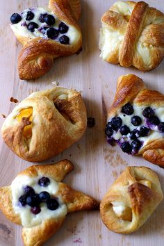 Pretty little danish breads. Pastry Recipes, Baking Recipes, Just Desserts, Delicious Desserts, Breakfast Recipes, Dessert Recipes, Donuts, Good Food, Yummy Food