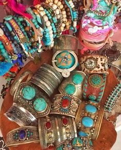 Boho Jewelry Always wanted to go boho but not sure how? Check out these 5 easy tips to create your own bohemian style look. - Always wanted to go boho but not sure how? Check out these 5 easy tips to create your own bohemian style look. Bohemian Style Clothing, Bohemian Jewellery, Bohemian Bracelets, Hippie Jewelry, Tribal Jewelry, Western Jewelry, Boho Rings, Jewellery Box, Hippie Bohemian