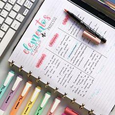 Minha mais nova paixão: fazer resumos no caderno inteligente! Além da praticidade as folhas são ótimas!! @ocadernointeligente 💕🙏🏼 Bullet Journal Tracker, Bullet Journal Themes, Bullet Journal Inspo, School Motivation, Study Motivation, Notebook Organization, School Notebooks, Pretty Notes, Calligraphy Pens