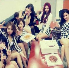 T-ara thank fans for their successful comeback with a group shot backstage at 'Music Core' | http://www.allkpop.com/article/2013/10/t-ara-thank-fans-for-their-successful-comeback-with-a-group-shot-backstage-at-music-core