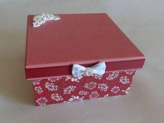 Caixa floral, em MDF feita com decoupage de tecido, pintura tradicional e apliques de resina, fita e laço de cetim . Não tem divisórias.  medidas: 17 x 17 x 10 cm R$ 25,00