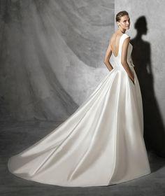 Impecável! Este vestido branco todo estruturado, confeccionado em zibeline é para quem quer abrir mão da renda com muito estilo! A tendência minimalista, com tecido completamente liso e poucos detalhes é o que prevalece neste modelo da Pronovias.
