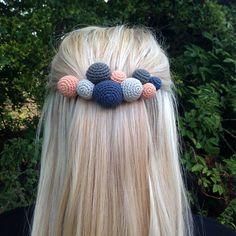 "Gratis hækleopskrift på en hårspænde ""pimp dit garn"" (www. Diy Projects To Try, Crochet Projects, Harry Potter Festival, Diy Buttons, Crochet Accessories, Hair Jewelry, Jewellery, Headband Hairstyles, Diy Clothes"