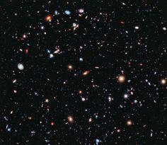 Астрономы, работающие с Хабблом, создали самый «глубокий» снимок Вселенной. Это изображение составлено из более чем 2000 отдельных снимков, снимались они целых 23 дня. Здесь можно различить более 5500 галактик, на переднем плане видны лишь отдельные звезды нашей галактики.