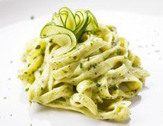 Eine tolle Pasta Variante können Sie mit diesem Rezept auf den Tisch bringen. Die saftigen Zucchini Tagliatelle schmecken würzig und zart.