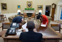 Isn't Obama the one who normally does the bowing? (Official White House Photo by Pete Souza) Michelle Obama, Info People, Barack Obama Family, Greatest Presidents, Our President, American Life, Beautiful Family, Funny Jokes, Laughter