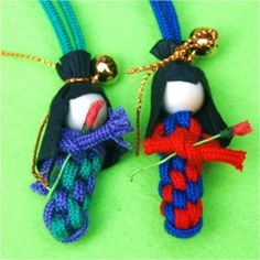 make a Japanese Scoubidou Doll - Red Ted Art How to. make a Japanese Scoubidou Doll Diy Japanese Dolls, Japanese Fabric, Girl Scout Swap, Girl Scouts, Japan Crafts, World Thinking Day, Paracord Projects, Paracord Ideas, Hat Crafts