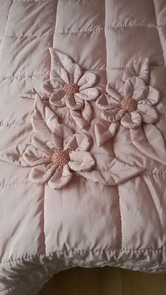 Yorgan - Bed and Bedcover Book Crafts, Diy And Crafts, Draps Design, Quilting Projects, Sewing Projects, Bed Cover Design, Designer Bed Sheets, Mehndi Designs Feet, Diy Hanging Shelves