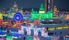 La ciudad china de Harbin vuelve a ser el centro de la atención con su espectacular Festival de Hielo y Nieve. Se trata de un evento anual que esta vez reúne más de 2.000 esculturas de hielo iluminadas con luces de colores. El festival -que desde hace 51 años atrae más de un millón de visitas anuales- permanecerá abierto un mes que es el tiempo que se calcula que las temperaturas puedan mantener los mas de 30 grados bajo cero necesarios para asegurar en buen estado de conservación de las ...