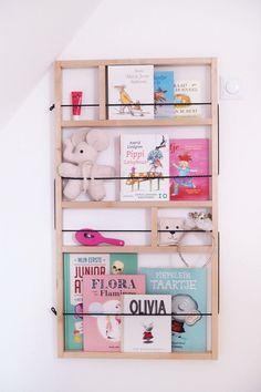 Op het kamertje van onze dochter staat een grote witte legerkist met al haar boeken er in, maar uit het zicht speelt ze er ook veel minder mee. Zet ik de kist open, dan kan ze zo een uur zelf bladeren