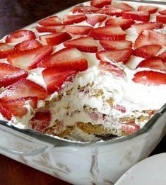 Strawberry Cream Cheese Icebox Cake Layers of graham crackers, no-bake cheesecake filling, and strawberries topped off with homemade whipped cream. This No-Bake Strawberry Cheesecake Icebox Cake is so easy to make and delicious! A simple delicious layered 13 Desserts, Delicious Desserts, Yummy Food, Yummy Recipes, Simply Recipes, Skinny Recipes, Recipies, Quick Recipes, Picnic Desserts