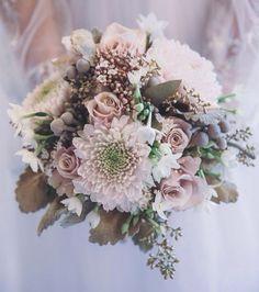 Nos parece ideal este bouquet para las novias de otoño. ¡Feliz fin de semana! #lauramurcia #novias #noviasrománticas #novia #boda #bride #bridal #wedding #bouquet #flores #flowers #otoño