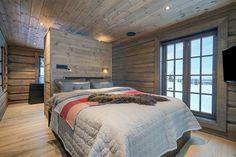 Hafjell - Eksklusiv og eventyrlig tømmerhytte fra 2016 med spektakulær utsikt - Ski inn & ut alpint og langrenn - Meget høy og påkostet standard med moderne og tekniske løsninger - 10 soverom - Dobbel garasje i u etg - Egen leilighet i U.etg. | FINN.no Wooden Cabins, Settee, Bed, Interior, Inspiration, Furniture, Home Decor, Decorating, Modern