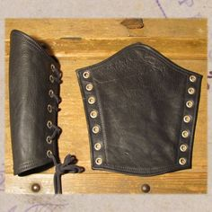 Leather gauntlets curvedStandard without D-ring, the stitching can be in black… Steampunk Cosplay, Steampunk Diy, Steampunk Fashion, Cosplay Tutorial, Cosplay Diy, Steampunk Accessories, Costume Accessories, Leather Accessories, Crea Cuir