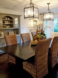 This+beautiful+coastal-style+dining+room+features+seagrass+chairs+and+two+bright+lantern+chandeliers.+