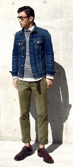 Fall layering inspiration with a denim jacket navy crewneck sweatshirt white button up shirt olive trousers no show socks brown shoes. Gents Fashion, Tomboy Fashion, Dope Fashion, Love Jeans, Sharp Dressed Man, Fall Layering, Crew Neck Sweatshirt, Men Dress, Fall Outfits