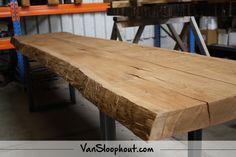 Boomstam tafel van eiken. Zou die niet mooi staan in jouw woning? Wij zijn er verliefd op! #boomstam #tafel #eiken #staal #natuurlijkwonen